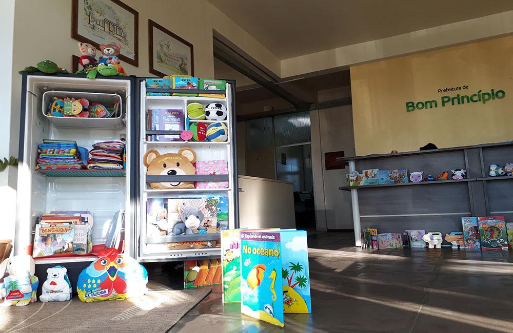 Livros da geloteca dominam o saguão da prefeitura até sexta