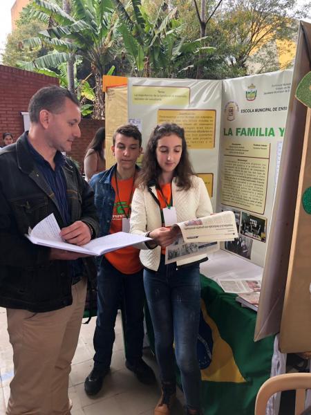 Família e escola leva Bom Princípio ao Paraguai