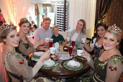 Chá das cinco reúne diferentes reinos